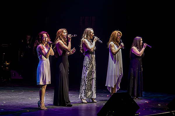 Anne Martinez Naomi Mauro Janien Valentine Kelly Clinton Holmes and Gret Menzies sing at Vegas Cares Benefit Nov. 5 2017
