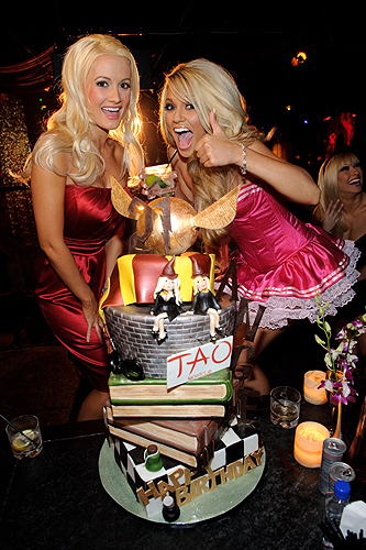 HollyMadisonAngelPorrinowithcake