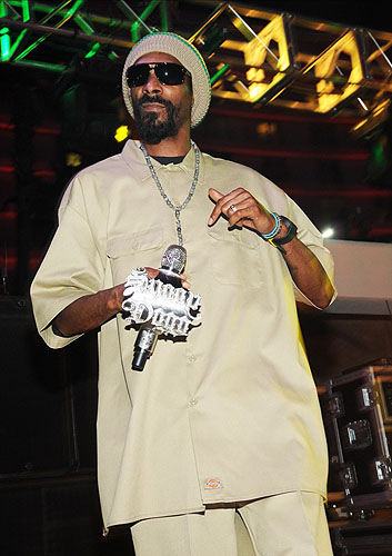 5.12.12_Snoop_Dogg_performing_at_SOUNDWAVES_poolside_concert_series_at_Hard_Rock_Hotel__Casino