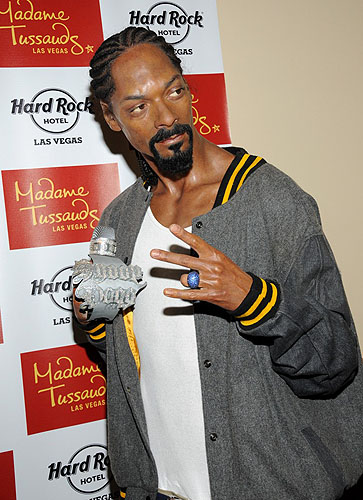 5.12.12_Snoop_Dogg_wax_figure_from_Madame_Tussauds_Las_Vegas_before_his_performance_at_Hard_Rock_Hotel__Casino