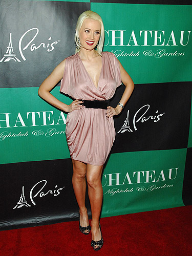 Holly_Madison_on_the_Chateau_red_carpet
