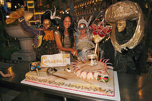 Kimora_Lee_Simmons_cuts_cake_at_Carnevale_at_The_Venetian