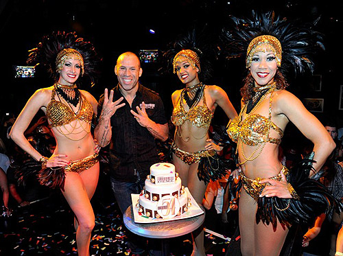 Wanderlei_celebrates_with_the_54_Girls