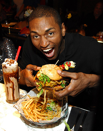 Metta_World_Peace_enjoying_a_hamburger_at_Sugar_Factory